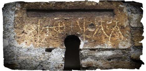 Petroglifos en el exterior del templo de Santiago de Peñalba