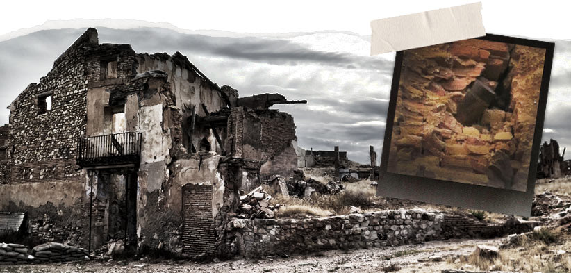 Los bombardeos sobre Belchite  fueron tan intensos que, aún a día de hoy muchas bombas quedaron sin estallar, como este obús incrustado en la torre de la iglesia de San Agustín-